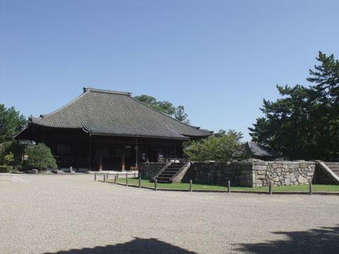 西大寺本堂(手前は東塔跡)