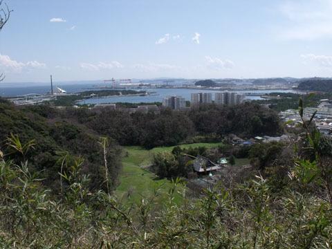 高台の休憩所から撮影。背後には八景島