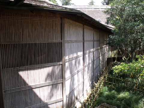 本宅と奥御殿を結ぶ廊下に設けられた格子窓