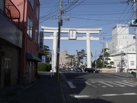 ようやく神社の大鳥居が見えてきました