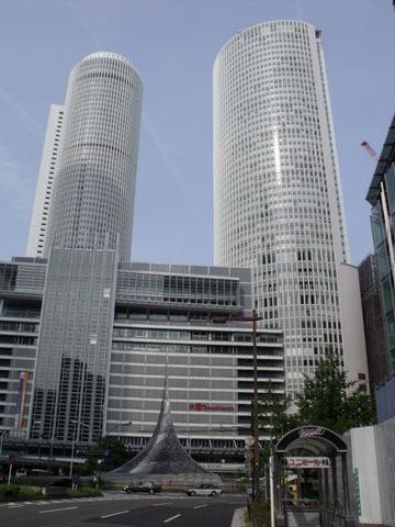 駅ビルの巨大タワー