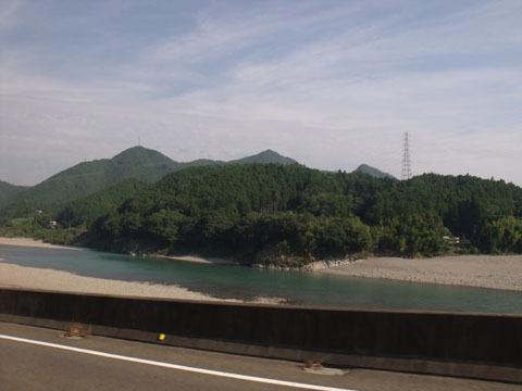 熊野川沿いを走る