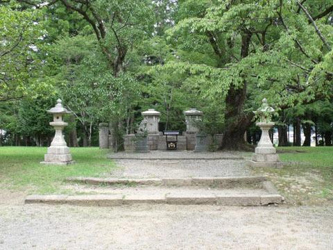 跡地の中心には石造りの小さな社が残る