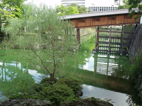 平成18年に再建された御橋廊下