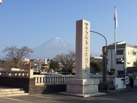 背後には富士山