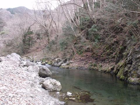 秋川のほとりで昼食を