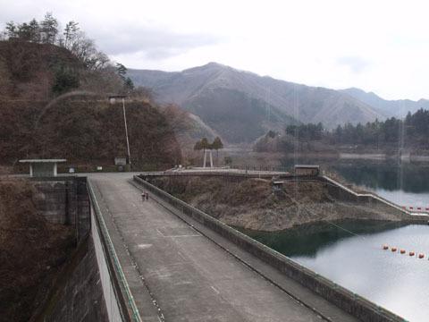 ダムの堤頂部は歩道になっている