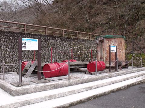 ドラム缶橋の一部と工事に使われたコンクリートバケット