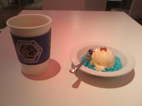 アイスは白・黄色・赤・青で構成されているので「ガンダム」なようです