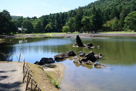 庭園のシンボルとも言える池中立石