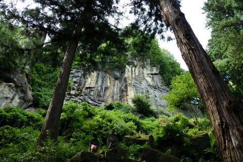 見事な岩肌が見られる
