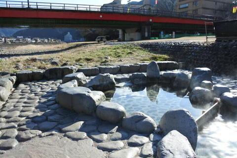 橋のたもとにある噴泉池