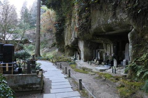 三慧殿の奥にある洞窟群