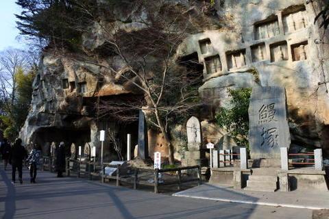 参道の脇にある洞窟遺跡群