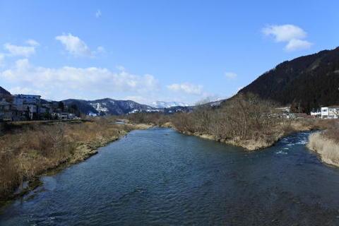 川の橋から新庄方面を見る