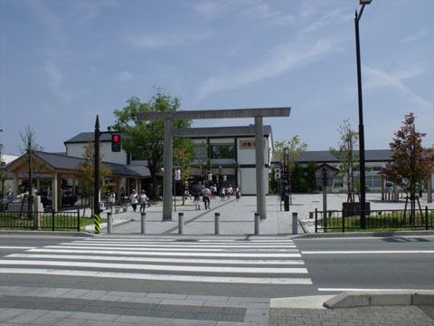 駅舎・駅前も伊勢神宮をイメージしたデザイン