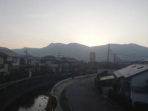 反対側は箱根の山々