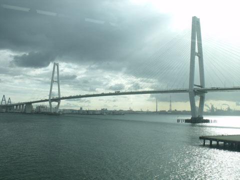 高速道路の巨大吊り橋が連なる