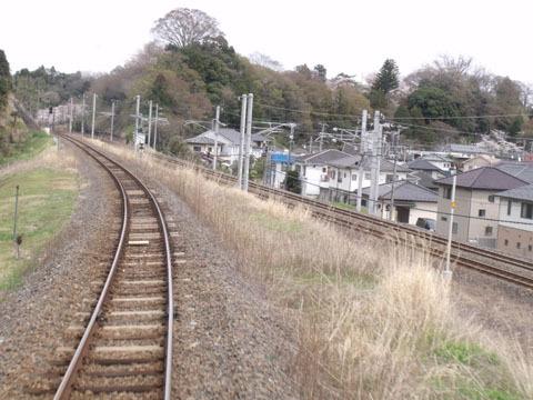 ほど無く常磐線の線路と別れる