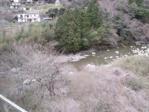 路線の大半は川に沿って走行