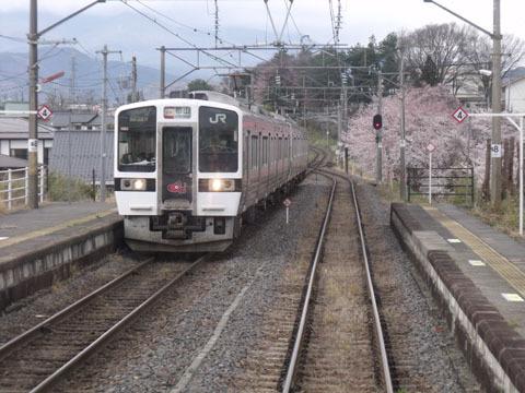 隣駅で対向列車と行き違い