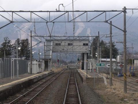 川桁駅、目の前はスキー場の山