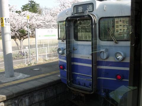 内野駅で対向列車と行き違い