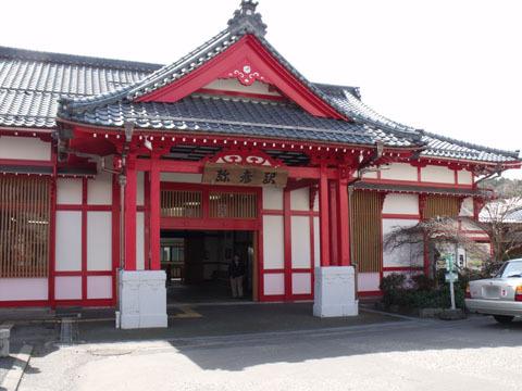 駅舎は寺社風のデザイン
