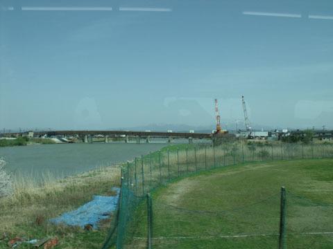 信濃川を渡る