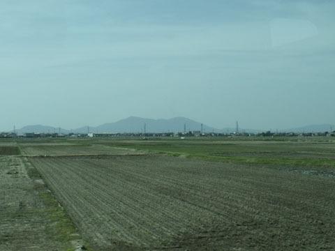 遠くに弥彦山が見える