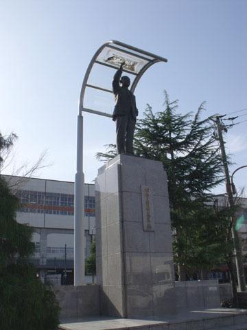 駅前にある田中角栄像