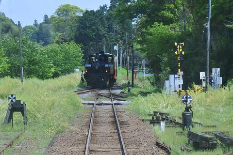 機関車が後ろ向きで去っていく
