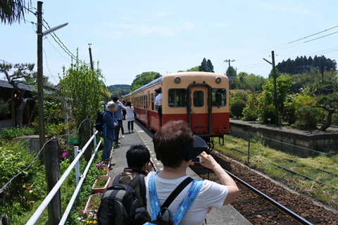 駅構内は観光客で賑わっていた