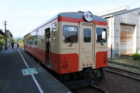 後続の普通列車もレトロ風