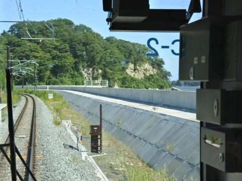 列車はしばらく海沿いを走行