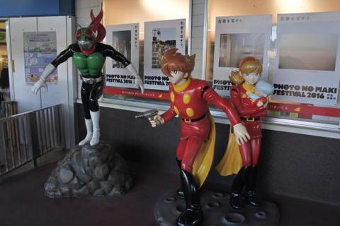 仮面ライダーとサイボーグ009の立像がお出迎え