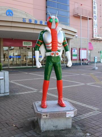 市役所前には仮面ライダーV3の立像が