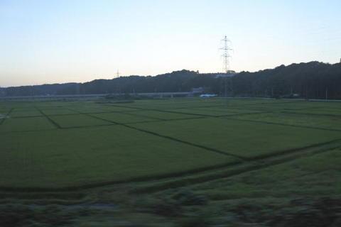 田んぼの奥に新幹線の新しい高架橋が走る