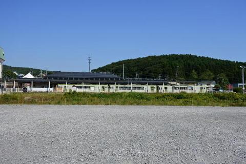 駅の反対側から駅ホームと停車中の車両を見る