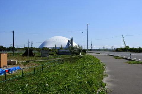 ドーム状の建物は屋内競技施設