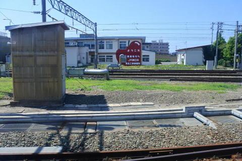 駅の直前で奥羽本線と合流