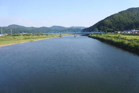 能代川を渡る