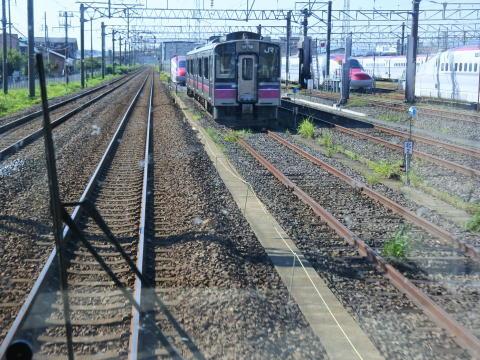 右側は秋田新幹線の車両基地