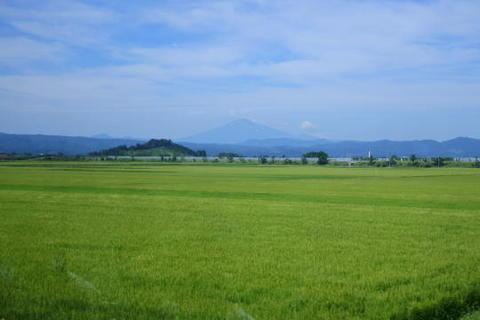 遠くに見える山は鳥海山?