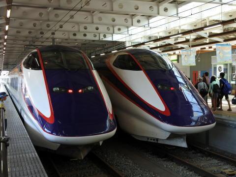 山形新幹線「つばさ」が到着