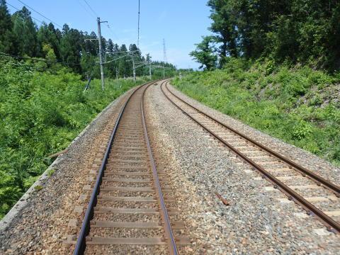 新庄発車後しばらくは陸羽東線の線路と並行