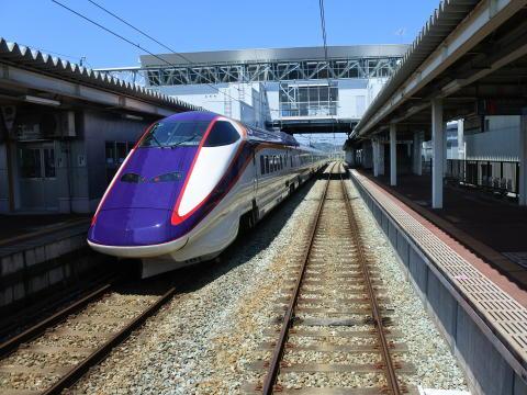 村山駅で新幹線と行き違い