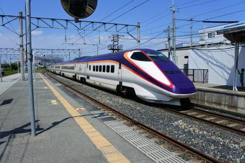 すぐさま新幹線が通過