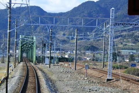富士川を渡る