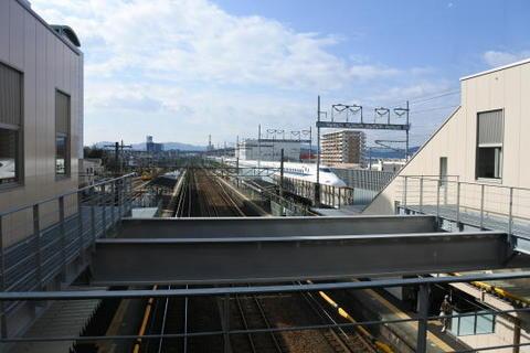 駅の目の前を新幹線が駆け抜けていく